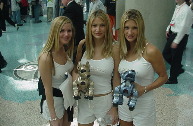 Todos invejaram os cachorrinhos robôs no estande da Maxim em 2001