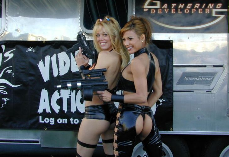 Figurinos pra lá de exóticos atraem os olhares para as modelos da Activision na E3 de 2002