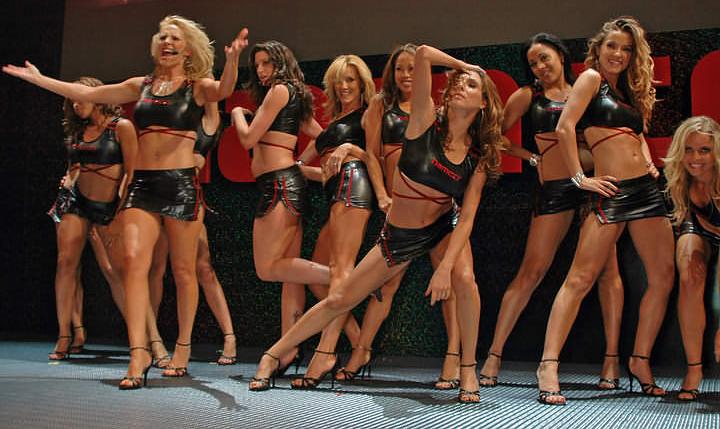 Dançarinas da Namco agitam o estande da produtora na E3 2005