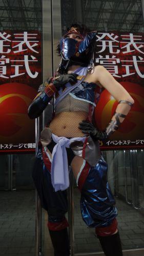 Ninja capricha no modelito sensual na feira de games