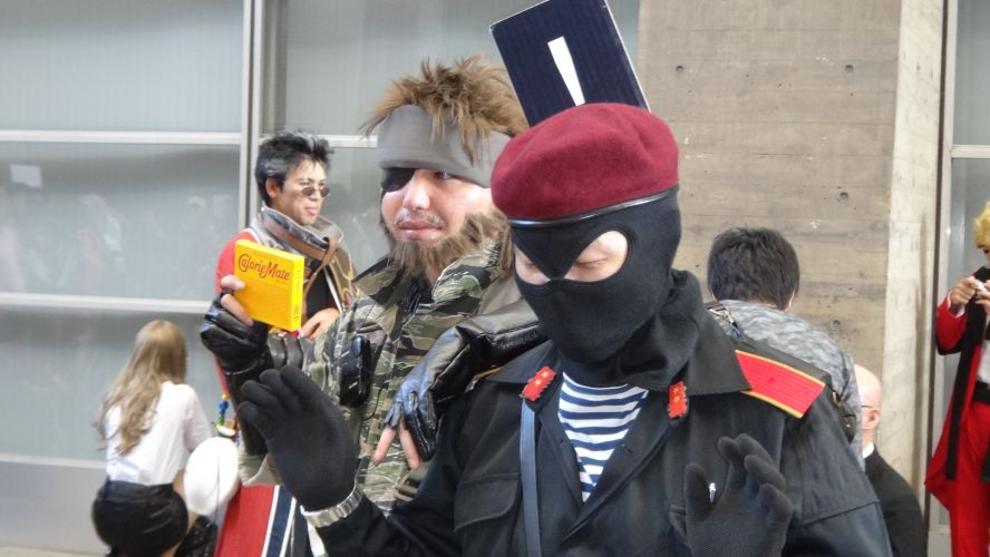 Snake cumpre sua missãoe captura um dos soldados inimigos na feira de games japonesa