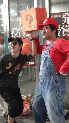 Quem não gosta do Super Mario? Aqui, um visitante ousa roubar uma moeda do encanador - que parece ter feito cara feia para a traquinagem