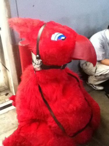 Pobre Chocobo vermelho: passeou tanto pela feira que cansou e sentou no chão