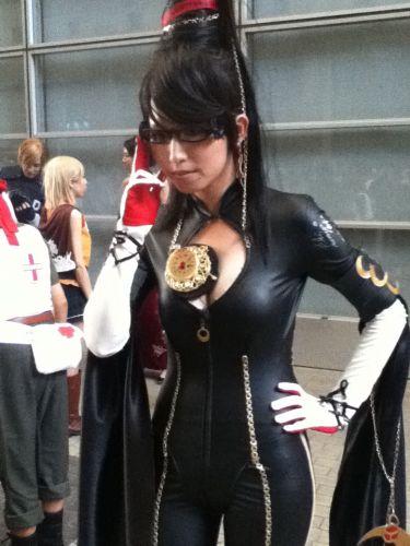 Com sua roupa ousada - e colante - a bruxa Bayonetta fez sucesso na área de cosplay da TGS