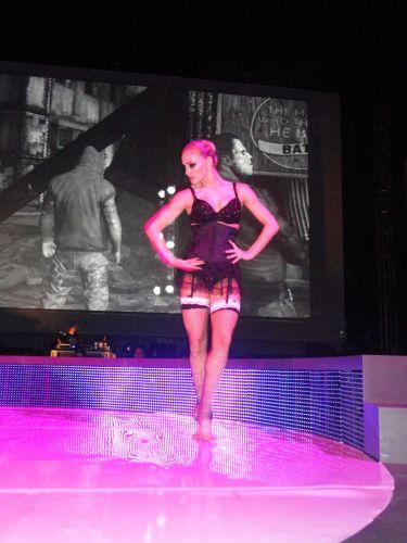 Após a conferência da Sony na E3 2011, bailarinas executaram performances enquanto os visitantes testavam novidades para o PS3 e o Vita