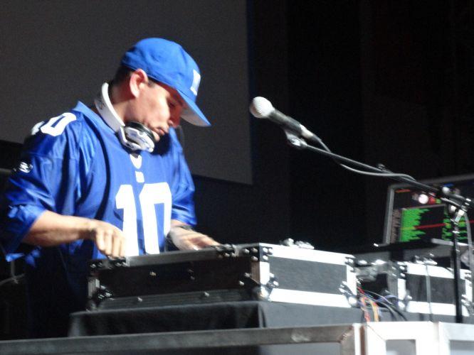 Terminada a conferência da Sony na E3 2011, um DJ se encarregou de cuidar da trilha sonora enquanto visitantes testavam dezenas de jogos
