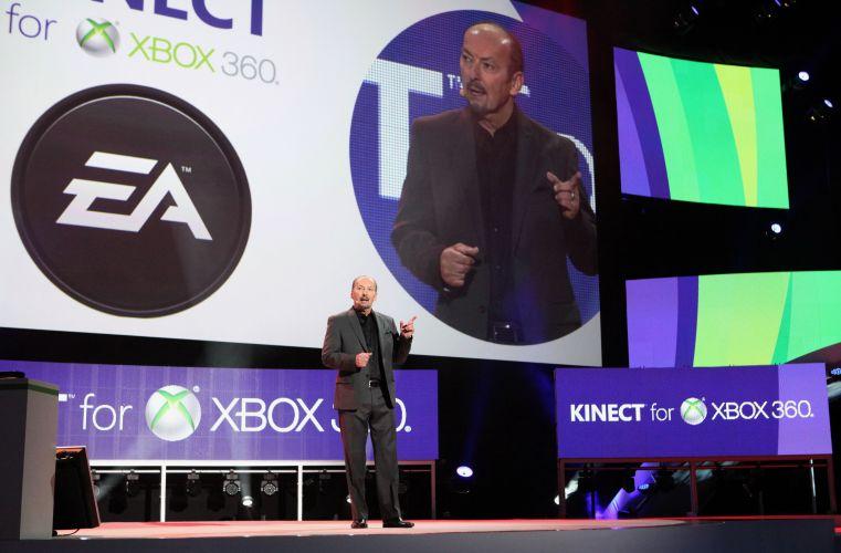 Peter Moore sobe ao palco de apresentação da Microsoft para anunciar suporte ao Kinect em todos os jogos de esporte da Electronic Arts