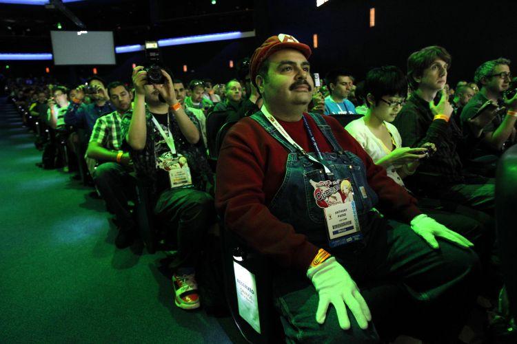 Fã da Nintendo, fotógrafo de site americano aparece vestido como Super Mario na coletiva pré-E3 da empresa