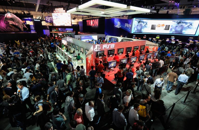 Público se aglomera no estande da Sony para testar novidades do PS3 e o videogame portátil PS Vita