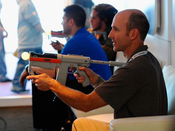 No espaço da Sony, a arma de plástico Sharpshooter está disponível para teste