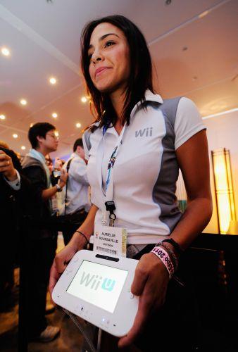 Promotora exibe o controle do Wii U, nova versão do popular videogame da Nintendo