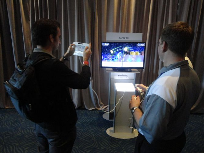 Théo Azevedo, editor de UOL Jogos, testa o Wii U, novo videogame da Nintendo revelado na E3 2011