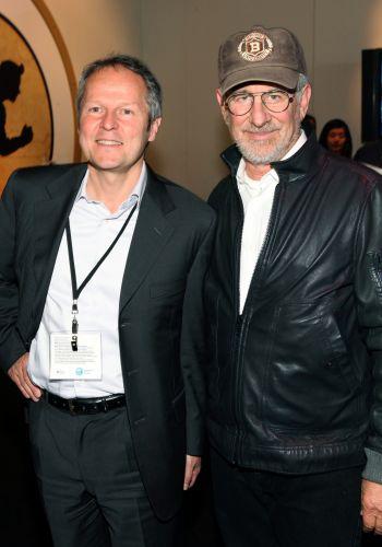 Stephen Spielberg também visitou a feira, visto aqui ao lado do co-fundador da Ubisoft Yves Guillemot
