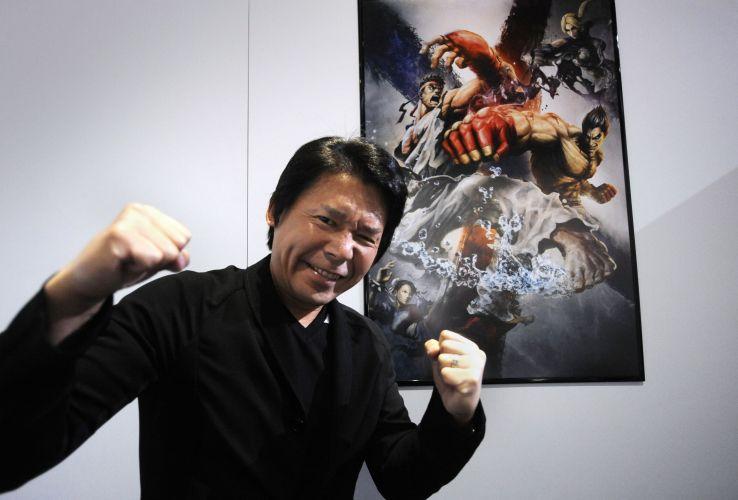 O CEO da Capcom Haruhiro Tsujimoto tentando fazer cara mais feia que os personagens de