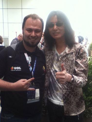 Pablo Raphael, do UOL Jogos, confraterniza com Tomonobu Itagaki, ex-diretor da série