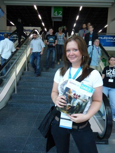 Promotora distribuindo revistas para os visitantes da Gamescom