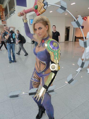 Cosplayer pronta para a briga com sua espada muito louca