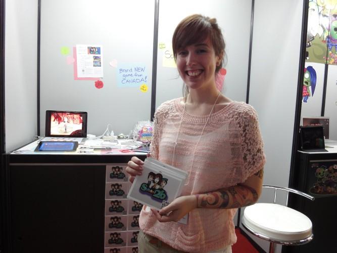 Promotora tatuada mostra uma novidade vinda do Canadá