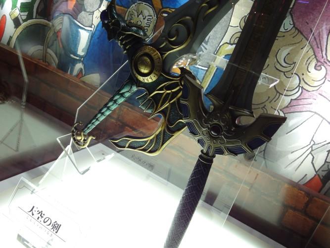 Detalhe das espadas celestial e de Cedric, itens icônicos da franquia de RPG