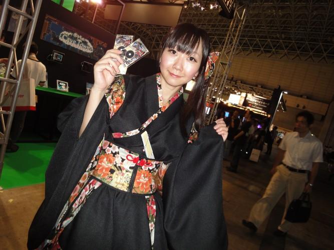 Booth babe vem vestida a caráter para promover jogos para smartphones