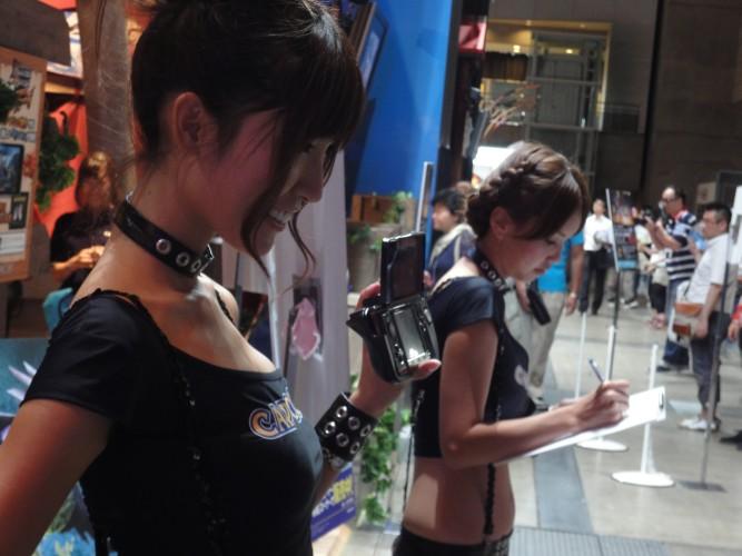 Promotora mostra o Circle Pad, acessório que acrescenta um direcional analógico no Nintendo 3DSbooth babe