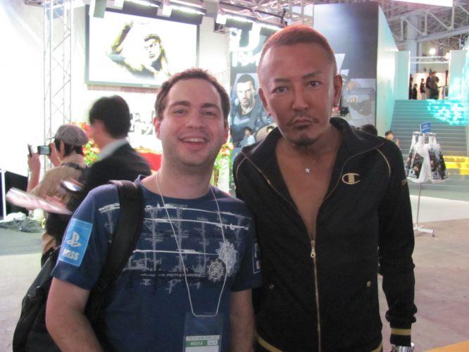 O produtor dourado, Toshihiro Nagoshi, aparecia de vez em quando no estande da Sega para ver a parte de