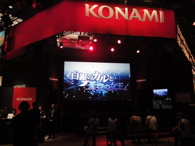 O estande da Konami apresentou sua característica ambientação baseado na cor vermelha