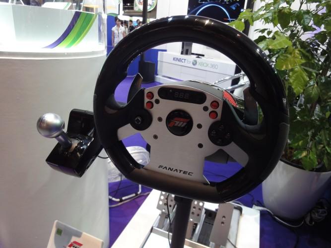 Microsoft mostrou um controle em forma de volante dedicado para jogos de corrida...