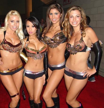 Trajes sumários não atrapalham as desinibidas garotas do blog RYL.net