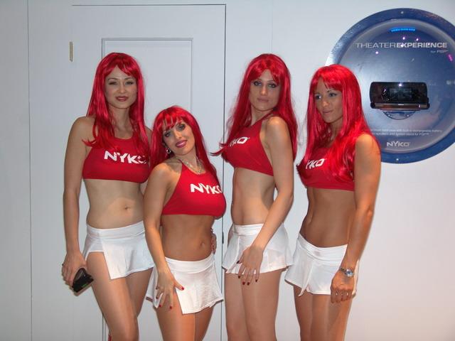 Garotas com perucas vermelhas são marca registrada da Nyko