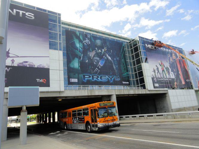 O Los Angeles Convention Center, palco da E3, é cortado por uma avenida que também recebe muitas decorações
