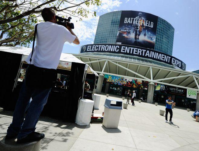 Cartão postal da feira, a entrada do centro de convenções de Los Angeles tem propaganda de