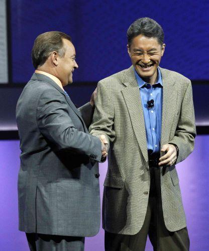 Jack Tretton, executivo da Sony nos EUA,e Kaz Hirai, presidente global da empresa, se cumprimentam em coletiva pré-E3