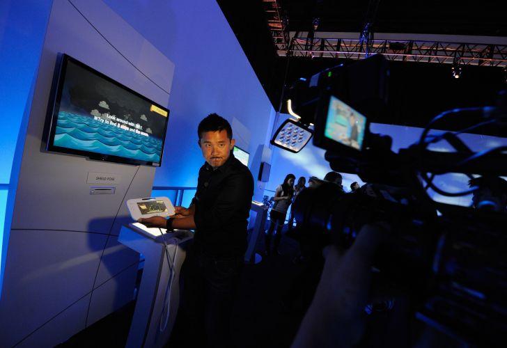 Promotor exibe o controle do Wii U, nova versão do popular videogame da Nintendo