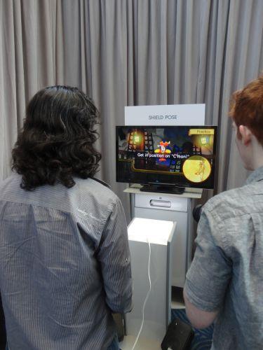 Jornalista testa uma das várias demonstrações técnicas exibidas para o Wii U na E3.