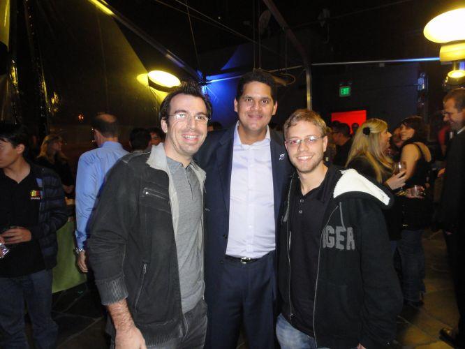 Theo Azevedo e Felipe Carettoni do UOL Jogos fazem pose com um velho amigo: o presidente da Nintendo dos EUA, Reggie Fils-Aime. Será que ele chutou o traseiro deles?