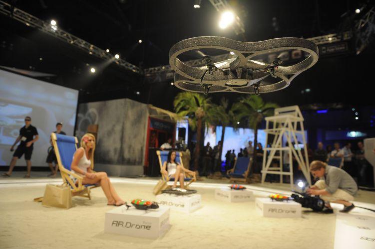 Esse brinquedinho voador chamado AR Drone é controlado por iPhone e iPad e deixou diversos meninões babando
