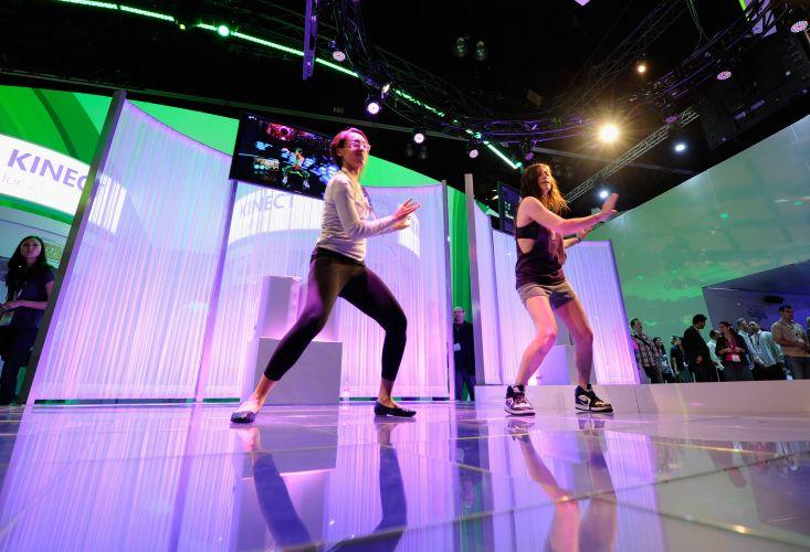 Visitantes testam o kinect, uma das principais apostas da Microsoft no evento