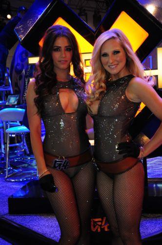 O canal de TV americano levou moças pra lá de brilhantes para promover seu estande na E3