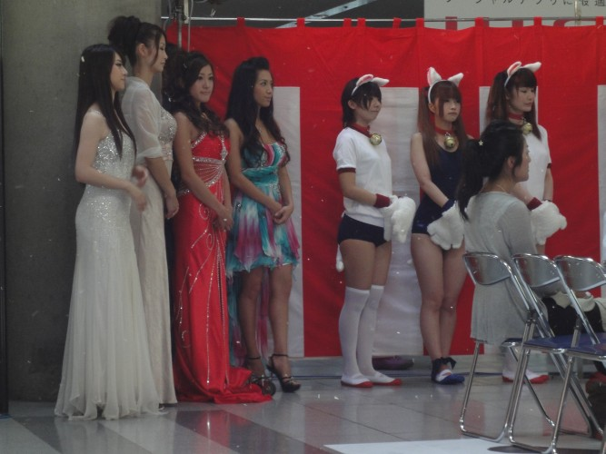 Booth babes sortidas enfeitam a cerimônia de abertura da Tokyo Game Show de 2011